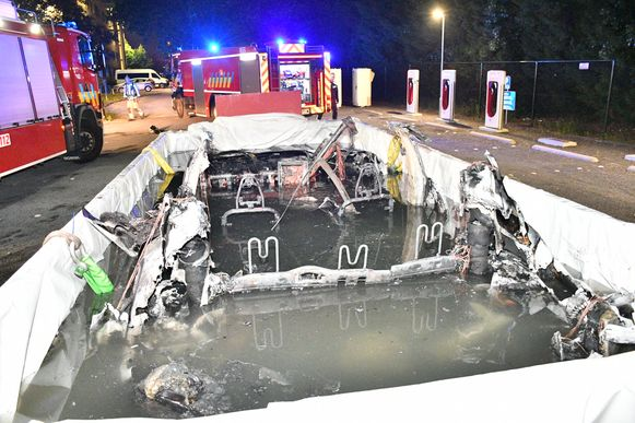 De Tesla blijft de hele nacht in bad liggen om er zeker van te zijn dat het vuur niet opnieuw opflakkert.