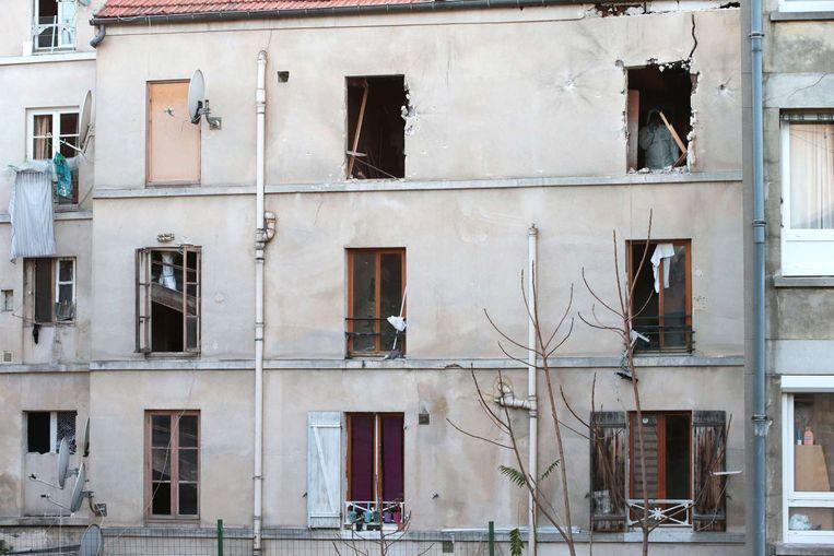 Een forensisch expert in het appartementencomplex na de politie-actie Beeld anp