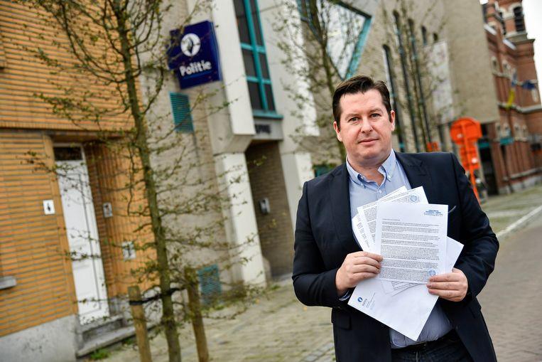 Raadslid Steven Creyelman ontving de anonieme brief, voorzien van genoeg politiestempels om de echtheid te bewijzen. Hij roept een extra Politieraad samen.