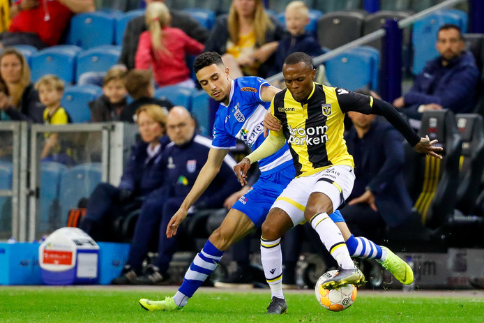 Younes Namli (PEC Zwolle) in duel met Thulani Serero (Vitesse).