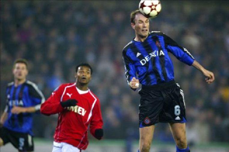 Clement kopt de bal weg tegen Utrecht.