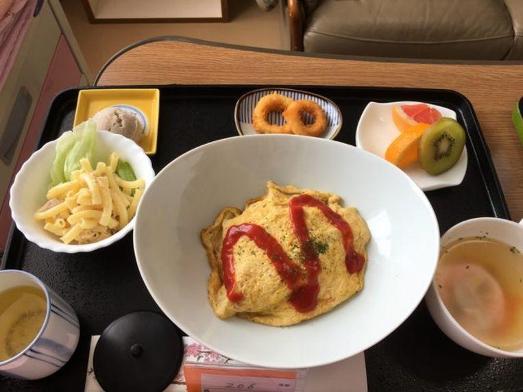 Omuraisu,  pastaslaatje, kippensoep, inktvisringen, fruit en groene thee