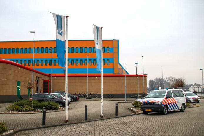 Politiewagens voor gevangenis de Schie op 28 december 2018.