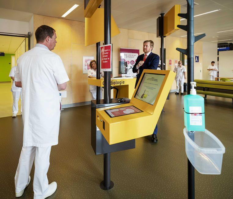 Koning Willem-Alexander in gesprek met artsen en medewerkers van het Jeroen Bosch ziekenhuis. De koning laat zich informeren over de behandeling van reguliere patiënten, en over hoe het ziekenhuis omgaat met het coronavirus. Beeld null
