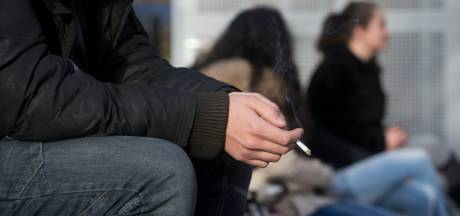 Scholen hoeven rookverbod op het plein alleen te handhaven als ze open zijn
