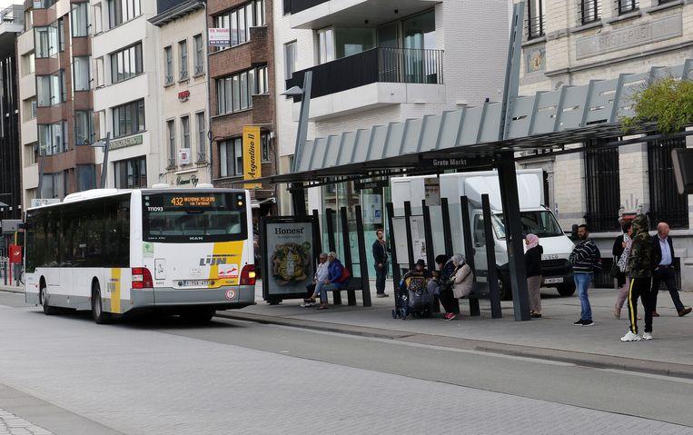 De bushalte op de Grote Markt. De personen op de foto hebben niks te maken met de bedreigingen