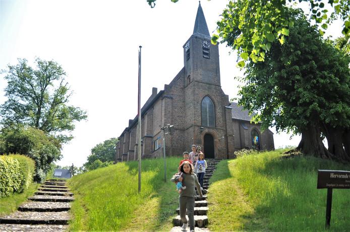 Kinderen komen de trap af bij het Kerkje op de Heuvel, met in hun armen die 'buit' van de snuffelmarkt.