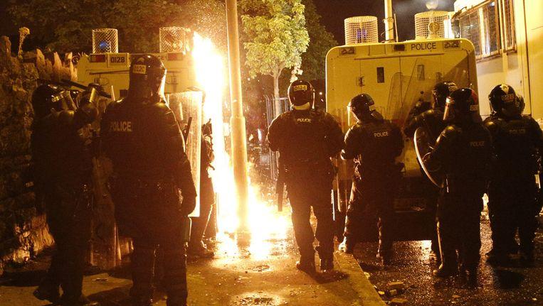 De politie in Belfast moet toekijken hoe benzinebommen worden gegooid door relschoppers, 13 juli. Beeld ap