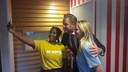 Minister Hugo de Jonge gaat in verpleeghuis Peppelrode op de foto met studentes Safaa (links) en Bente.