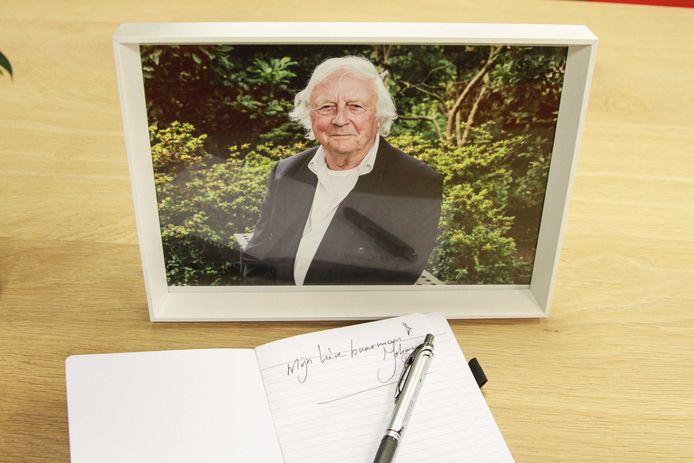 Een condoleanceregister in de bibliotheek van Dronrijp, de woonplaats van Aart Staartjes. Staartjes overleed op 81-jarige leeftijd aan de gevolgen van een verkeersongeval.