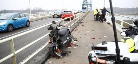 Twee gewonden bij botsing scooters op IJsselbrug Zwolle