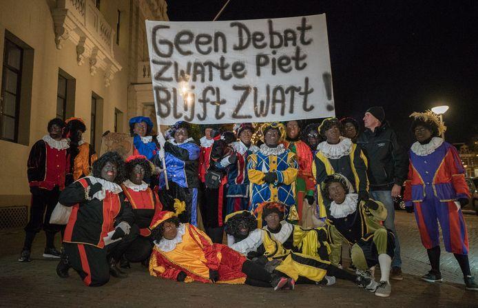 Vorig jaar protesteerden ruim honderd mensen, waaronder tientallen zwarte pieten, bij het stadhuis van Deventer tegen het roetveegpieten-criterium van de gemeente bij de intocht.