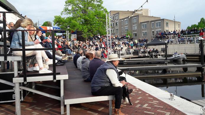 Publiek op de trbunes tijdens officiele opening van haven Steenbergen. Foto Majda Ouhajji