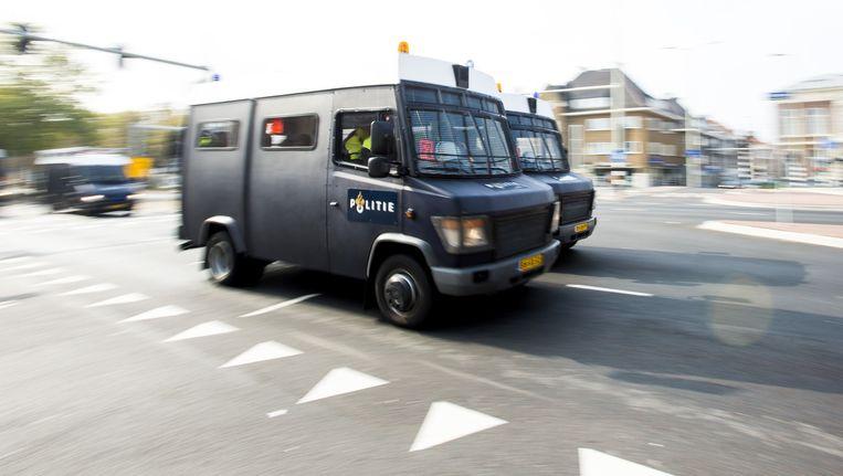 Busjes van de Mobiele Eenheid rijden door het centrum van Den Haag. In de stad zijn vier demonstraties. Beeld anp