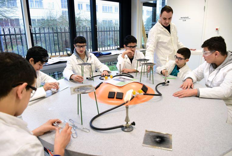 De docent science van het Melanchthon Kralingen instrueert zijn leerlingen. Beeld Marcel van den Bergh