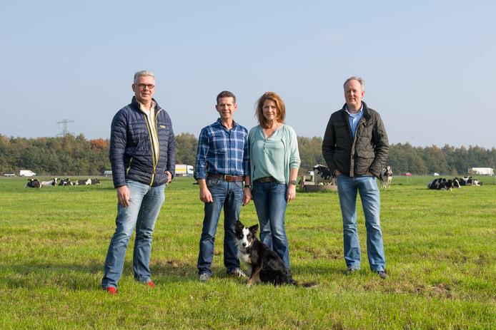 Annemarie en Bert Kristen (midden) worden geflankeerd door Joris van Dijk (links) en Oscar Dragt van Borne Energie die een coöperatie voor omwonenden van de twee beoogde windmolens gaat oprichten.