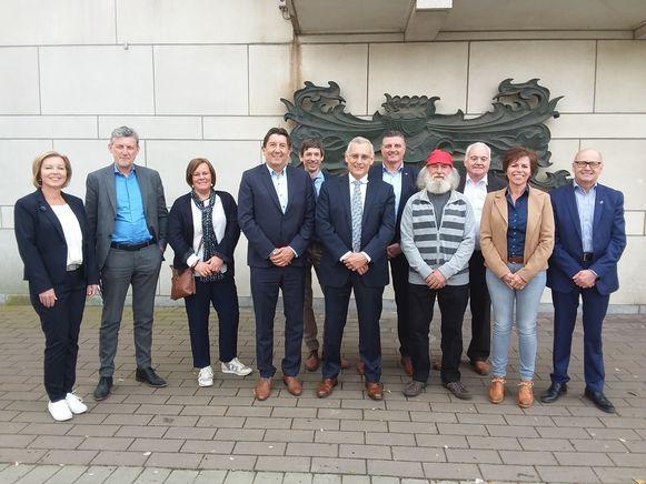 De gouverneur Herman Reynders (vierde van links) op bezoek bij het stadsbestuur van Hamont-Achel met burgemeester Rik Rijcken (rechts van Reynders) voorop.