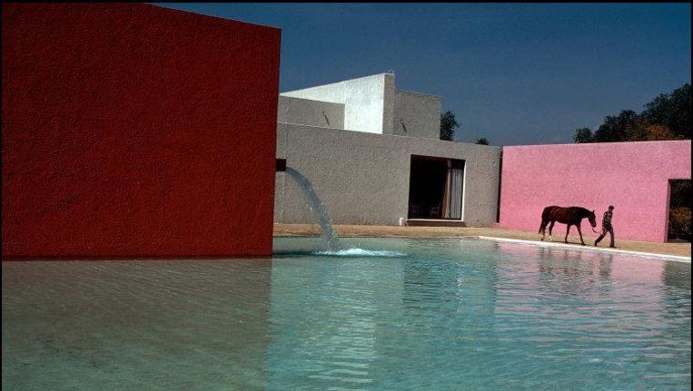 Het paardenzwembad van de architect Luis Barragán: La Cuadra San Cristóbal (1968) nabij Mexico-Stad Beeld null