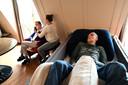 Hans en Elly (uiterst links) in de gezamenlijke woonkamer. Hans kan niet meer praten. Zijn benen zijn dunne staken geworden.