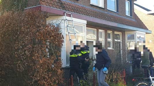 De politie viel de woning in Hengelo binnen met een stormram.