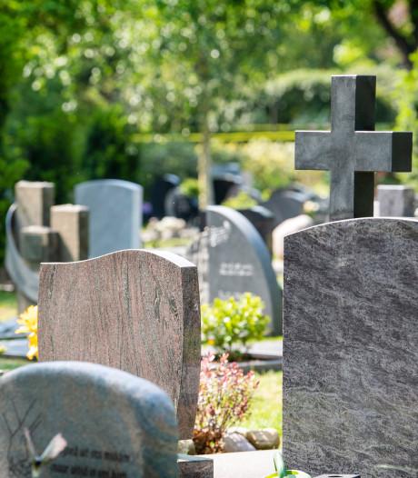 Bankje van graf overleden zoon gestolen, familie doet oproep