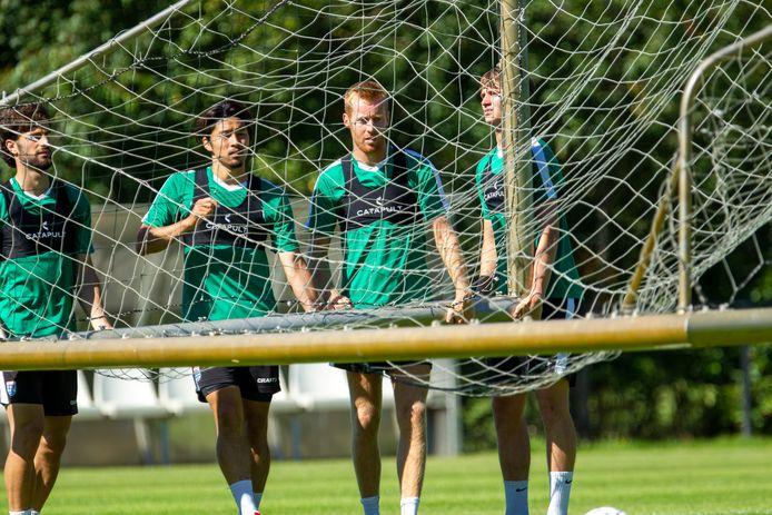 PEC Zwolle-spelers Destan Bajselmani, Yuta Nakayama, Mike van Duinen en Rav van den Berg tillen het doel.