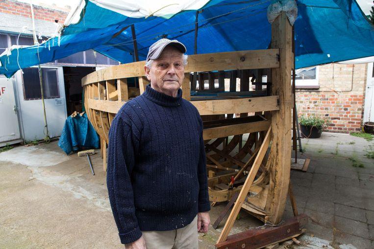 Maurice Velghe (87) stapt uit het museum waar hij jaren vrijwillig heeft gewerkt.