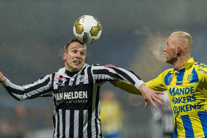Freek Thoone (links) in duel met Maikel Verkoelen van RKC Waalwijk.