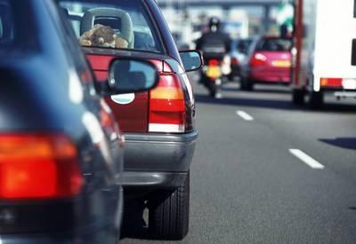 Auto's rijden in op vrachtwagen met pech: ruim uur vertraging op A16 richting Breda