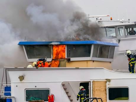 Brand op vrachtschip Raamsdonksveer na uren meester, vuur was lastig te bestrijden