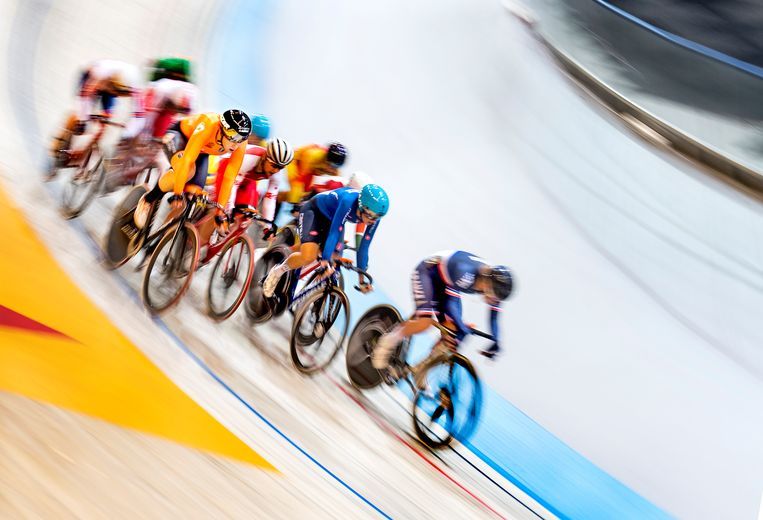 Kirsten Wild (oranje, links) wint de afvalkoers en wordt Europees kampioen. Beeld Klaas Jan van der Weij