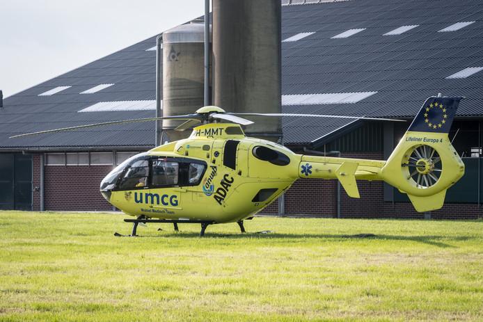 De traumahelikopter op het erf van het agrarisch bedrijf aan de Aalsumerweg in Oldehove
