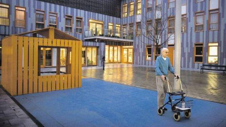 Zowel de ouderen en gehandicapten van De Oudelandse Hof als de kinderen van het inpandige kinderdagverblijf gebruiken de patio. (FOTO JOÃ¿L VAN HOUDT) Beeld