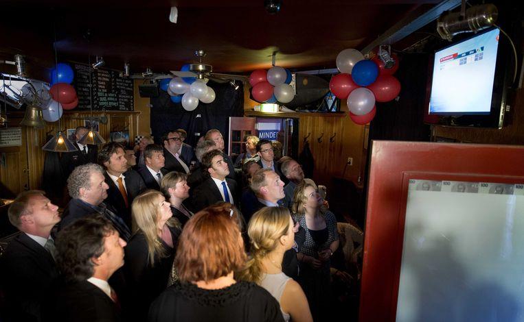 PVV'ers kijken naar de exitpolls van de verkiezingen voor het Europees Parlement. Beeld ANP