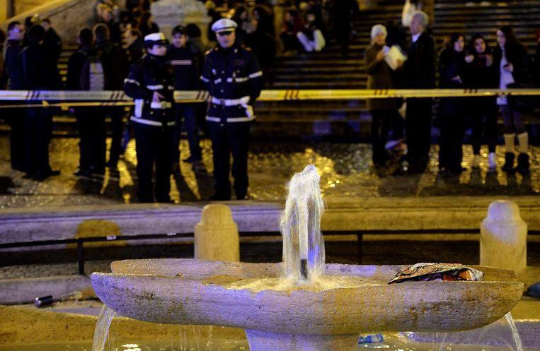 De politie kijkt naar de schade die is toegebracht aan de fontein onderaan de Spaanse Trappen te Rome. Beeld AFP