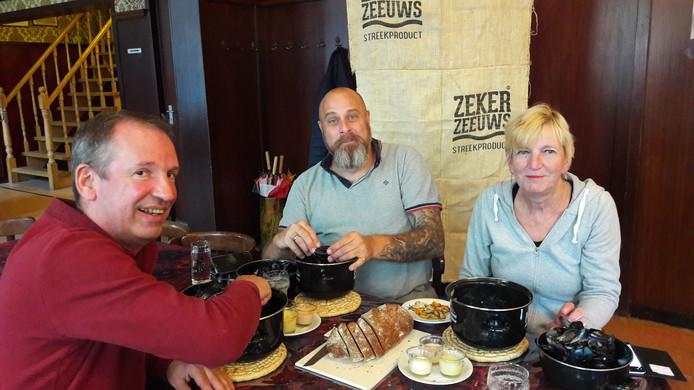 Vlnr Harry van Heijst, Jeroen Bulkmans en Ria Denissen tijdens een proefrondje van het tijdelijke Vlaamse Mosselkot in café 't Zwijnshoofd 19, 20 en 21 oktober.