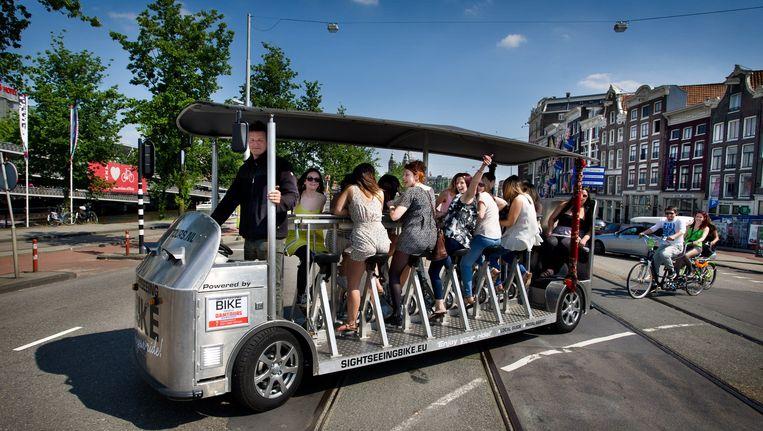 Een bierfiets vlakbij het Centraal Station. Beeld Klaas Fopma (www.klaasfopma.nl)