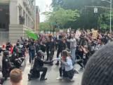 Politie Portland knielt samen met demonstranten