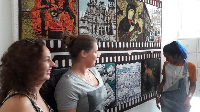 Drie van de jongste bewoners van Boulevard Zuid onthulden het tweede wandkleed dat gemaakt is met Mariëlle van den Bergh: (vlnr) Vera Rongen, Stephany Waaterman en Alona van Liempt.
