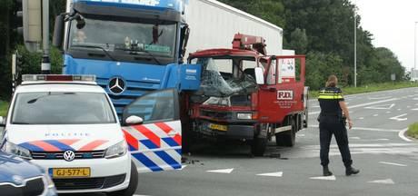 Forse aanrijding tussen twee vrachtwagens in Veenendaal