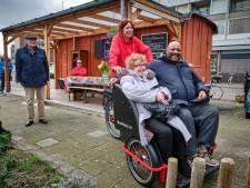 Fietsriksja rijdt senioren door heel Schiedam: 'Iedereen moet frisse neus kunnen halen'