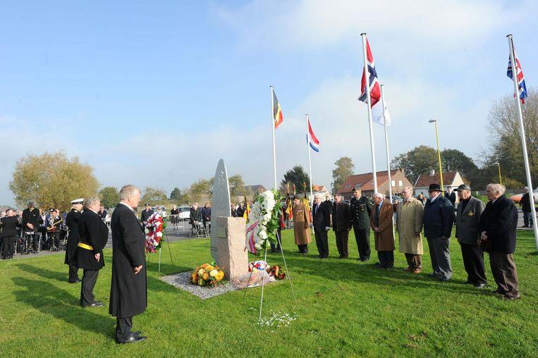 De Noorse delegatie brengt hulde aan zijn soldaten aan het monument op het vliegveld.