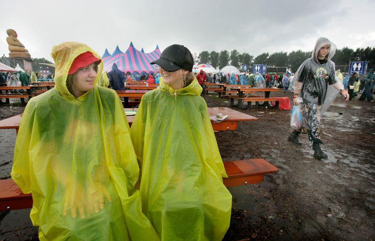Verregende festivalgangers tijdens Lowlands 2006. Beeld ANP
