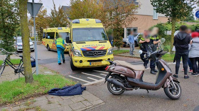 Op de kruising van de Oudlaan met het fietspad van de Rijnsteeg in Wageningen is dinsdagmiddag een fietser aangereden door een scooterrijder.