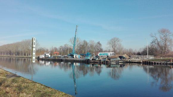 Het ponton ligt even verderop en wordt door kraanbedrijf Saerens in gereedheid gebracht.