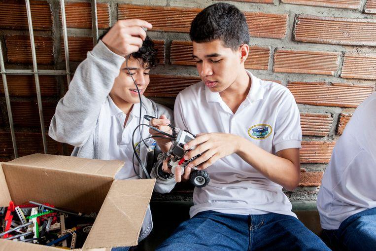 Kinderen krijgen les in robotica, bio- en nanotechnologie.  Beeld Yvonne Brandwijk