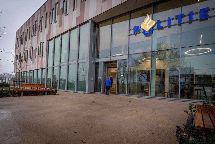 De publieksbalie van het nieuwe politiebureau in Bergen op Zoom is sinds woensdagochtend 9.00 uur open voor aangiftes en vragen.