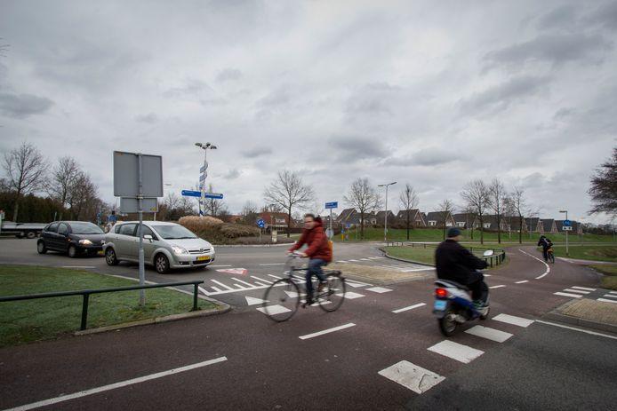 De rotonde Helmkruidlaan-Baron van Sternbachlaan, onderdeel van de drukke verbinding tussen de Kruidenwijk en het centrum van Nijverdal, krijgt dit jaar nieuw asfalt.