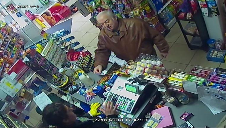 Dubbelspion Sergei Skripal rekent zijn aankopen af in een winkel in woonplaats Salisbury, enkele dagen voor de aanval met zenuwgas. De bewakingscamerabeelden werden vorige week vrijgegeven.