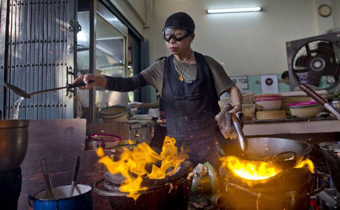 Supinya Jansuta (72) beter bekend als 'Jay Fai,' achter haar vlammende pannen